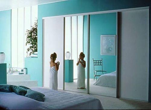Красивая зеркальная дверь