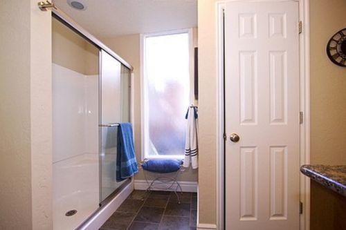 Выбираем двери в ванную и душевую