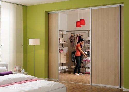 Двери для гардеробной комнаты – какие выбрать: раздвижные, гармошка, распашные
