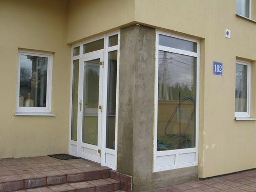 ustanovka_plastikovyx_dverej_03