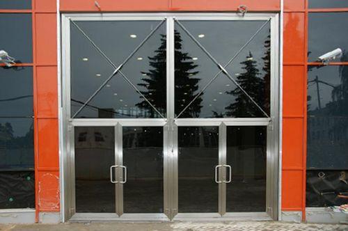 vxodnye_steklyannye_dveri_07