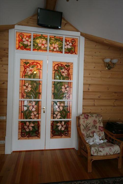 dveri_s_vitrazhnymi_steklami_01