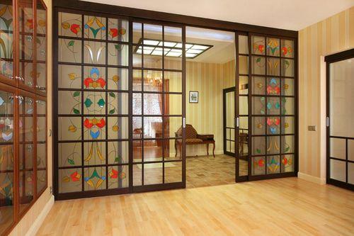 Какие преимущества у двери с витражными стеклами