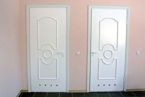 plastikovuyu_dver_v_vannuyu_i_tualet_01