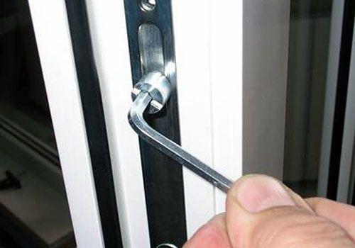 Как осуществить ремонт пластиковой балконной двери