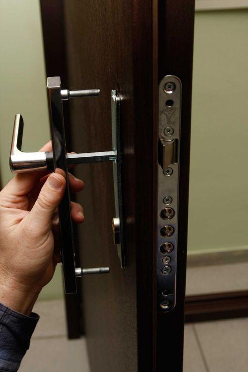 Как осуществлять ремонт замков в металлических дверях