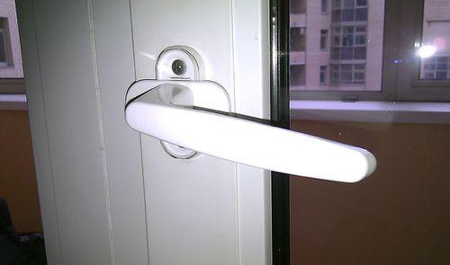 slomalas_ruchka_u_plastikovoj_dveri_03