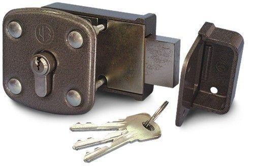 Как установить накладной замок на деревянную дверь