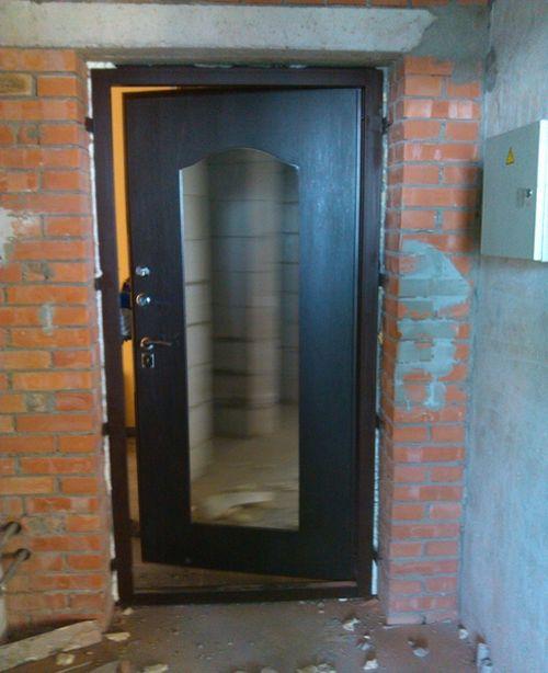 vxodnye_metallicheskie_dveri_s_zerkalom_09