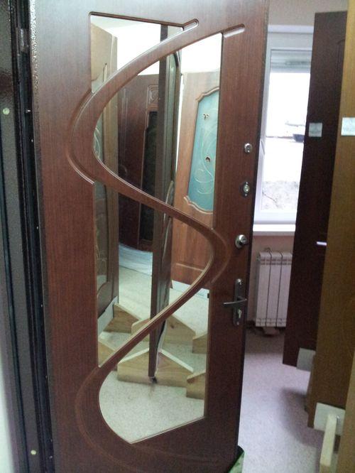 vxodnye_metallicheskie_dveri_s_zerkalom_12