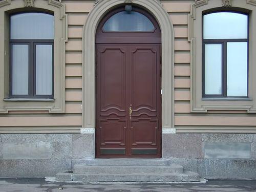 arochnye_vxodnye_dveri_dlya_doma_10