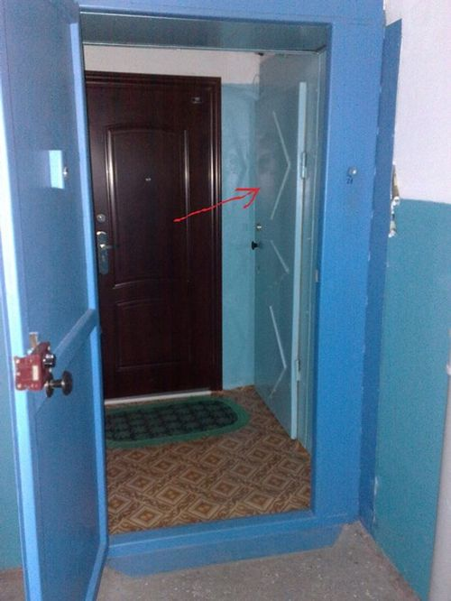 dver_soseda_blokiruet_moyu_dver_2