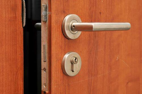 dver_soseda_blokiruet_moyu_dver_4
