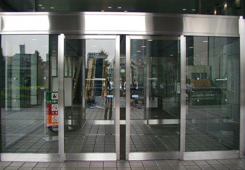 Остекленная входная дверь