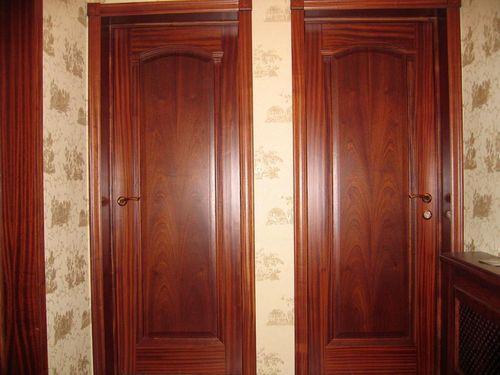 Межкомнатные двери красное дерево — тонкая нотка шика в современном интерьере