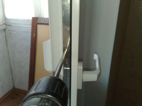ustanovit_zamok_na_plastikovuyu_dver_2