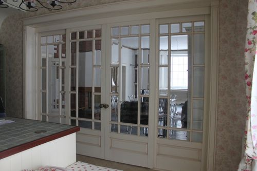 белые межкомнатные двери классика со стеклом в интерьер