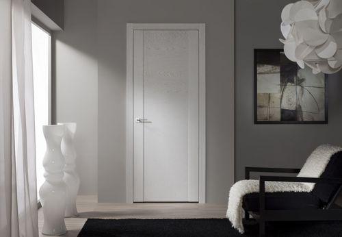 Дизайн с белыми дверями