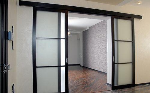 Раздвижные двери с стеклянными вставками