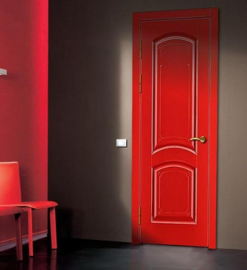 Красные двери в интерьере