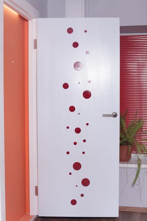 Крашенные двери в комнате