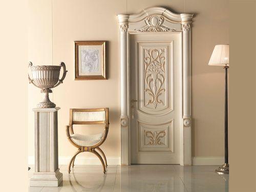 Белая изысканная дверь