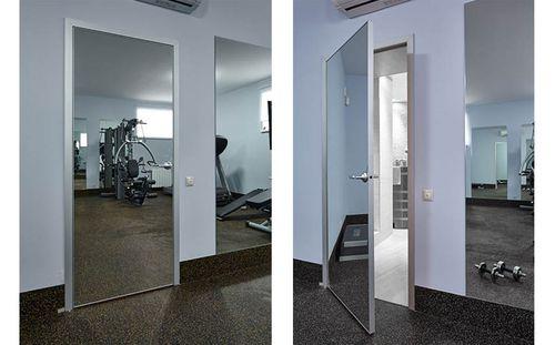 Белая дверь с зеркалом