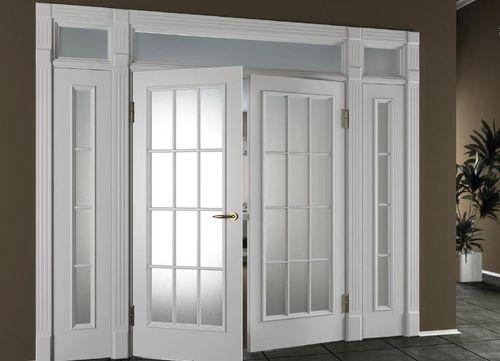 Двери с белым стеклом в современном интерьере
