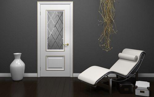 Белая классическая дверь
