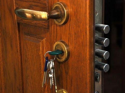 Как открыть, если заклинило замок двери в квартире