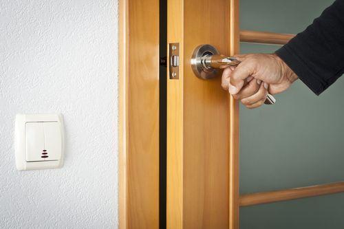 Виды и установка крепежа для межкомнатных дверей