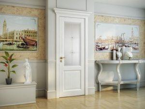 Белый капитель с межкомнатной дверью