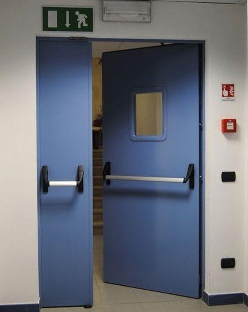 Двери со стеклянным окошком